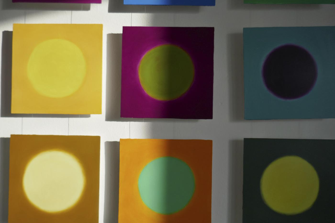 Zufallsgenierte Farben, Installation in der freien Kunstschule Kunstakademie Esslingen, 2019